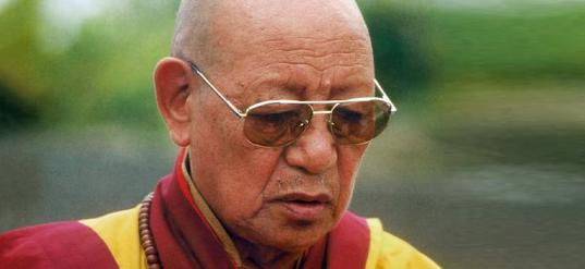Lopon Tsechu Rimpoche en una iniciación